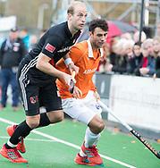 BLOEMENDAAL -  Billy Bakker (A'dam) met Glenn Schuurman (Bldaal) . Hockey hoofdklasse heren, Bloemendaal-Amsterdam (2-0) . COPYRIGHT KOEN SUYK