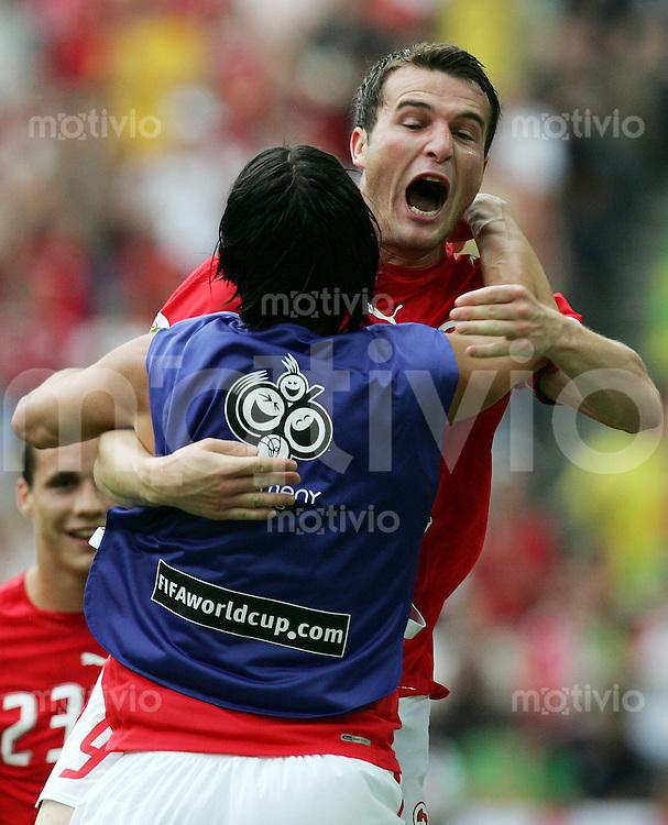 Fussball WM 2006  Gruppenspiel  Vorrunde Togo - Schweiz Alexander Frei (re, SUI) freut sich nach seinem 1:0 mit Hakan YAKIN (SUI)