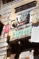Taranto, città vecchia dove c'è ancora gente che  tira su la spesa dal balcone con il cestino.