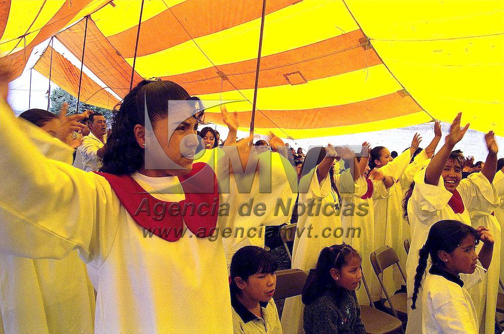 Xonacatlan, Méx.- Cientos de drogadictos y alcoholicos en rehabilitación se reunieron en la comunidad de Santa Maria Tlalmimilolpan en un evento catolico. Agencia MVT / Mario B. Arciniega