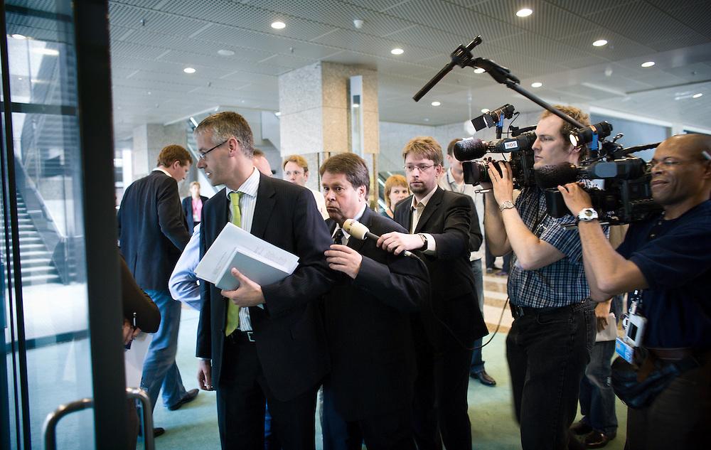 Nederland. Den Haag, 26 juni 2007.<br /> Tweede Kamer. Jacques Tichelaar, fractievoorzitter van de PvdA op weg naar de vergaderzaal. Tichelaar omzeilt ChristenUnie collega Arie Slob en de parlementaire pers. De PvdA voelt veel voor een referendum over het nieuwe Europese verdrag, maar hakt daarover pas de knoop door na een advies van de Raad van State. Dat advies is ,,niet bindend, maar wel zwaarwegend'', aldus Luuk Blom, Europa-woordvoerder van de PvdA-fractie.<br /> Blom nuanceert hiermee het beeld dat dinsdag ontstond door uitspraken van PvdA-fractieleider Jacques Tichelaar in De Telegraaf. Tichelaar zei geen enkele argument te zien om g&eacute;&eacute;n volksraadpleging te houden.<br /> Tichelaar:,,PvdA niet bang voor een referendum.&quot;Maar hij herhaalde in het interview en later in de wandelgangen van de Kamer ook dat de PvdA zich aan de afspraken in het regeerakkoord houdt. Daarin staat dat pas besloten wordt over een referendum na advies van de Raad van State. ,,Ik heb niets nieuws gezegd, alleen dat wij niet bang zijn voor een referendum'', aldus Tichelaar.<br /> Foto Martijn Beekman <br /> NIET VOOR TROUW, AD, TELEGRAAF, NRC EN HET PAROOL