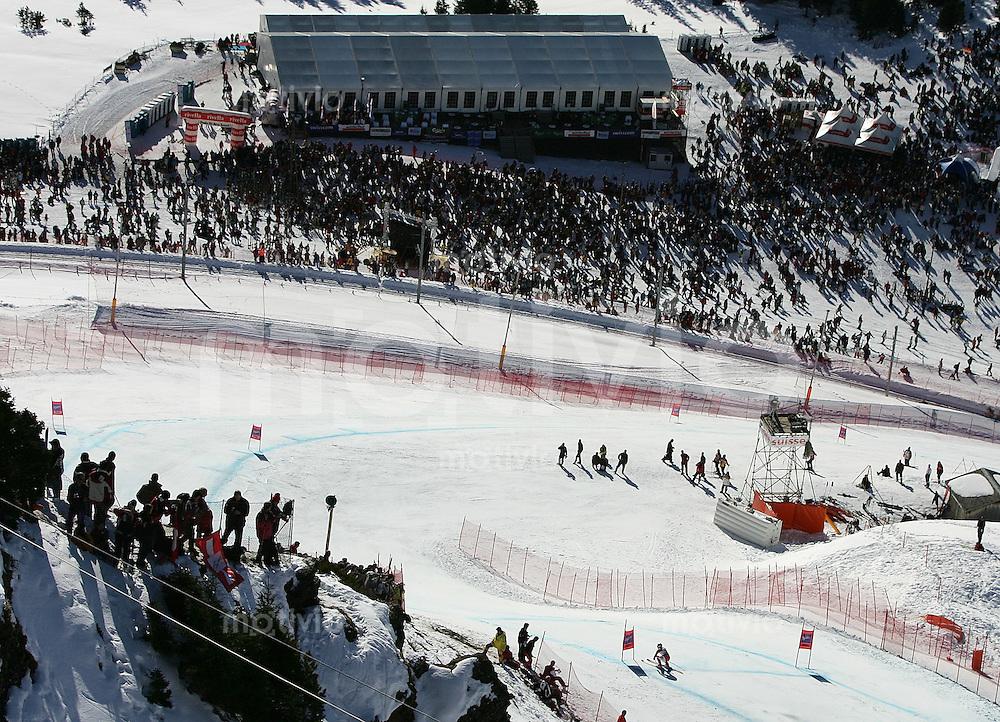 Ski Alpin; Saison 2004/2005 Abfahrt Wengen Herren 75. Lauberhornrennen , Feature; Ueberblick ueber die Canadian Corner Kurve und Minschkante