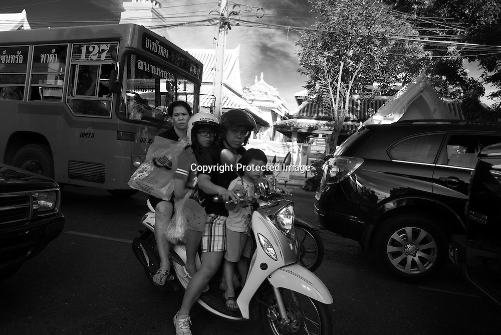 Thailand. Bangkok. Khao San Road tourists district motorcyclists and car Traffic in the streets of Bangkok / quartier touristique de Khao San Road district