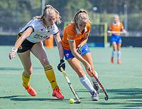 BLOEMENDAAL   -  Michelle van der Drift (Bldaal) met Bente van Dijk (Vict),  oefenwedstrijd dames Bloemendaal-Victoria, te voorbereiding seizoen 2020-2021.   COPYRIGHT KOEN SUYK