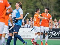 BLOEMENDAAL - Martijn van Grimbergen (Bldaal)heeft gescoord en viert het met Glenn Schuurman (Bldaal) .    Hoofdklasse competitiewedstrijd heren, Bloemendaal-Hurley (6-0).  COPYRIGHT KOEN SUYK