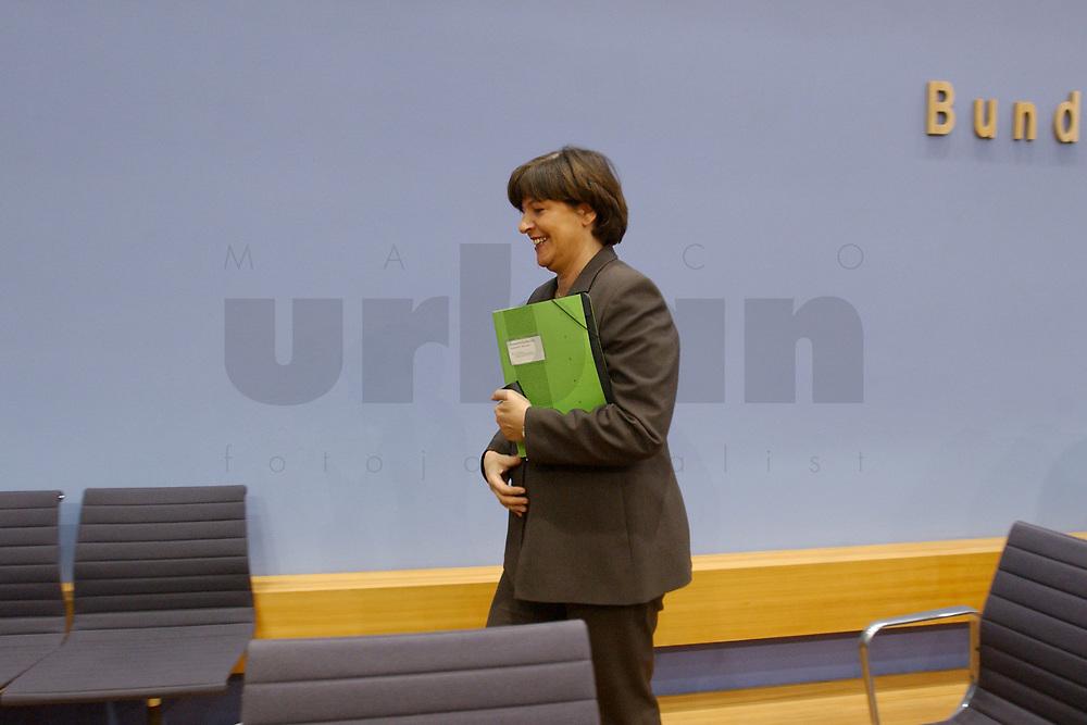 28 NOV 2002, BERLIN/GERMANY:<br /> Ulla Schmidt, SPD, Bundessozialministerin, nach einer Pressekonferenz zur Riester-Rente, Bundespressekonferenz<br /> IMAGE: 20021128-01-020