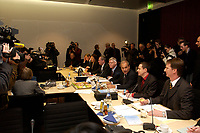 13 NOV 2003, BERLIN/GERMANY:<br /> Fotografen und Kameraleute vor und hinter dem Vorsitzenden Joachim Hoerster (4.v.L.), MdB, CDU,  den Regierungsvertretern BM Wolfgang Clement (L), BMin Brigitte Zypries (2.v.L.), StMin Rolf Schwanitz (3.v.L.), und Gerd Schmidt (5.v.L.), Geschaeftsfuehrer des Vermittlungsausschusses und weiteren Mitarbeitern des Bundesrates, vor Beginn der Sitzung des Vermittlungsausschusses, Bundesrat<br /> IMAGE: 20031113-01-002<br /> KEYWORDS: Camera, Kamera, Journalist, Auschuß, Vermittlungsausschuß,Joachim Hörster