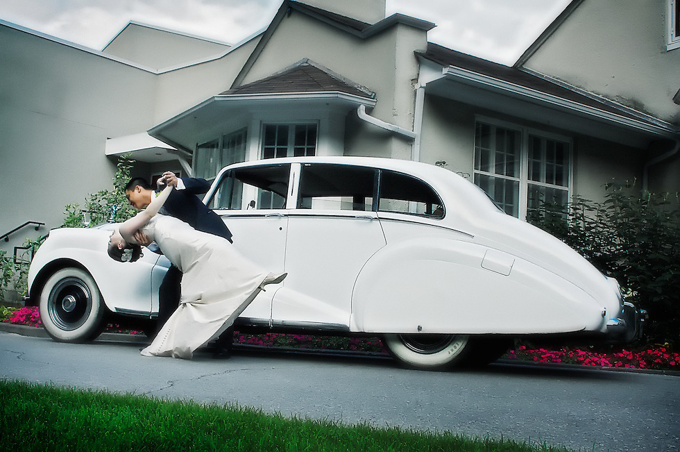The newlywed's dip matches the lines of this vintage 1951 Rolls Royce.