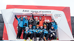 18.03.2018, Aare, SWE, FIS Weltcup Ski Alpin, Finale, Aare, Gesamt Nationencup, Siegerehrung, im Bild Teamfoto USA mit Patrick Riml (Cheftrainer US Ski Team), Mikaela Shiffrin (USA, Riesenslalom Weltcup 3. Platz, Slalom Weltcup und Gesamt Weltcup 1. Platz) mit ihren Olympia Medaillen und Ihren Kristallkugeln // Patrick Riml head coach US Skiteam and Overall World Cup winner Slalom World Cup winner and Giant Slalom World Cup third placed Mikaela Shiffrin of the USA with her olympic medals and crystal globes and Team during the allover winner Ceremony for the Nations Worlcup of FIS Ski Alpine World Cup finals Aare, Sweden on 2018/03/18. EXPA Pictures © 2018, PhotoCredit: EXPA/ Johann Groder