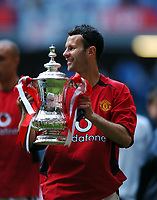 Ryan Giggs Manchester United celebrates with the FA Cup<br />