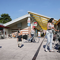 Nederland, Amsterdam , 8 september 2009..Holendrechtplein in Holendrecht Amsterdam Zuid Oost. Een vergeten buurt met slechte reputatie.Op de achtergrond het winkelcentrum. Foto:Jean-Pierre Jans. A forgotten neighbourhood with a bad reputation.
