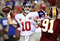 September 25, 2014: New York Giants quarterback Eli Manning (10) throws over Washington Redskins linebacker Ryan Kerrigan (91) during a match between the Washington Redskins and the New York Giants at FedEx Field in Landover, Maryland. NFL American Football Herren USA SEP 25 Giants at Redskins PUBLICATIONxINxGERxSUIxAUTxHUNxRUSxSWExNORxONLY Icon140925079<br /> <br /> September 25 2014 New York Giants Quarterback Eli Manning 10 throws Over Washington Redskins Linebacker Ryan Kerrigan 91 during A Match between The Washington Redskins and The New York Giants AT FedEx Field in Landover Maryland NFL American Football men USA Sep 25 Giants AT Redskins PUBLICATIONxINxGERxSUIxAUTxHUNxRUSxSWExNORxONLY