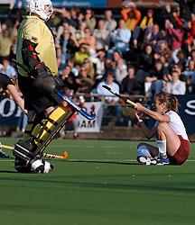 08-06-2005 HOCKEY: FINALE PLAYOFFS: AMSTERDAM-DEN BOSCH: AMSTERDAM<br /> De dames van Den Bosch hebben voor de achtste keer op rij de landstitel in de wacht gesleept. Na de 4-1 zege van zondag won Den Bosch in Amsterdam met 3-2. / Silvia Karres zet Amsterdam op een 2-0 voorsprong<br /> ©2005-WWW.FOTOHOOGENDOORN.NL