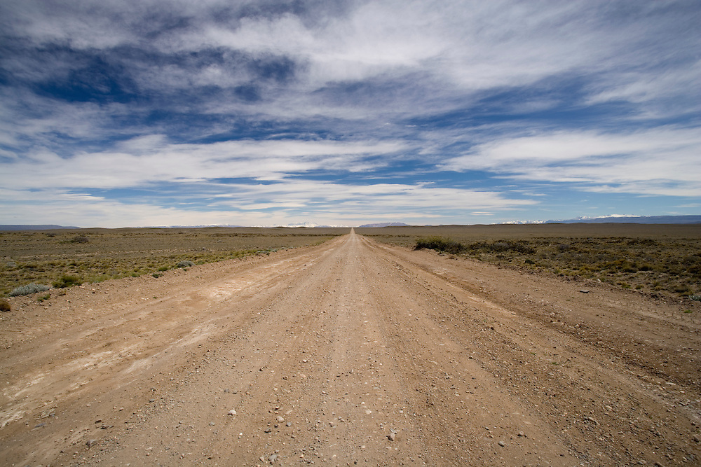 Argentina, Santa Cruz Province, Empty gravel highway of Route 40 in southern Patagonia