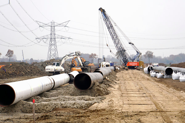 Nederland, Zevenaar, 22-11-2018De Gasunie legt een nieuwe gasleiding aan langs het toekomstige trace van de verlengde A15 snelweg. Hoewel nog niet duidelijk is wanneer met die verlenging begonnen wordt. De bestaande leiding ligt er precies onder dus verplaatst de Gasunie dit stuk gasleiding alvast . Foto: Flip Franssen