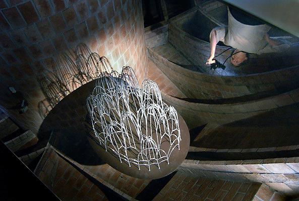 Spanje, Barcelona, 27-5-2007..Expositie op de zolder van Casa Mila, La Pedrera, een huis naar een ontwerp van Antonio Gaudi aan de Passeig de Gracia. Hier wordt het werk van Gaudi getoond en beschreven. Op de foto een gespiegeld model van hangende koorden die de basis vormde voor de bouw van een kerk...Foto: Flip Franssen
