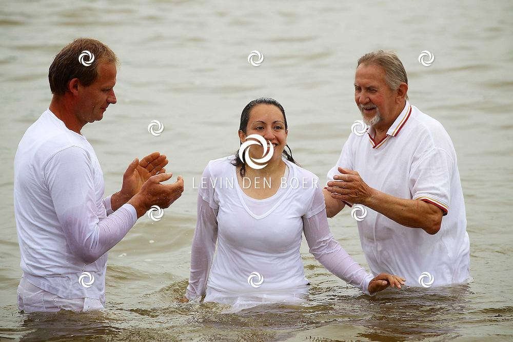 ZALTBOMMEL - In de Waal tegenover de Verdraagzaamheid werden zes mensen gedoopt van Volle Evangelie Gemeente De Kandelaar. FOTO LEVIN DEN BOER - PERSFOTO.NU