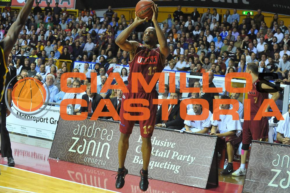 DESCRIZIONE : Venezia Lega A2 2010-11 Umana Reyer Venezia Sunrise Scafati<br /> GIOCATORE : Alvin Young<br /> SQUADRA : Umana Reyer Venezia Sunrise Scafati <br /> EVENTO : Campionato Lega A2 2010-2011<br /> GARA : Umana Reyer Venezia Sunrise Scafati<br /> DATA : 24/10/2010<br /> CATEGORIA : Tiro Three Points<br /> SPORT : Pallacanestro <br /> AUTORE : Agenzia Ciamillo-Castoria/M.Gregolin<br /> Galleria : Lega Basket A2 2009-2010 <br /> Fotonotizia : Venezia Lega A2 2010-11 Umana Reyer Venezia Sunrise Scafati<br /> Predefinita :