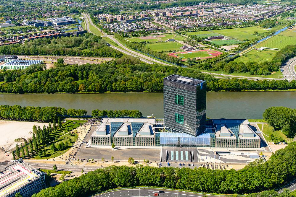 Nederland, Utrecht, Utrecht, 13-05-2019; Westraven, hoofdkantoor van Rijkswaterstaat. Het personeel staat buiten brandoefening ontruiming (sloepenrol).<br /> In het kantoorgebouw naar ontwerp van Cepezed, zijn gevestigd de Bouwdienst (ingenieursbureau), de Regionale Dienst Utrecht (Dienstkring), verschillende programmadirecties en het LEF future center (studiecentrum, informatiecentrum).<br /> Westraven, the headquarters of Rijkswaterstaat, located on the Amsterdam-Rhine Canal. Architectural design of CEPEZED. The office building houses the Building Service (Engineering Deaprtment), the Regional Service Utrecht and the LEF future center (study center, information center).<br /> <br /> luchtfoto (toeslag op standard tarieven);<br /> aerial photo (additional fee required);<br /> copyright foto/photo Siebe Swart