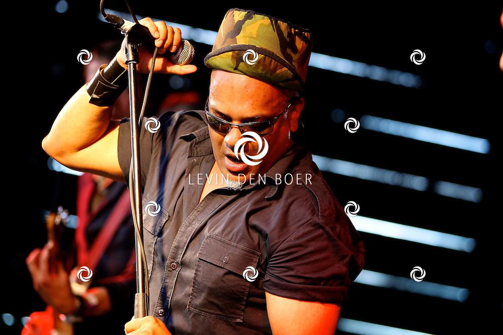 ROSSUM - Het festival RosRock 2012 trok weer veel bezoekers. Met op de foto de band The Phantom Four en The Arguido. FOTO LEVIN DEN BOER - PERSFOTO.NU