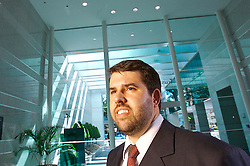 Wagner Faccini, operador de bolsa de valores no seu escritório. FOTO: Jefferson Bernardes / Preview.com
