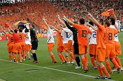 16-06-2006 VOETBAL: FIFA WORLD CUP: NEDERLAND - IVOORKUST: STUTTGART <br /> Oranje won in Stuttgart ook de tweede groepswedstrijd. Nederland versloeg Ivoorkust met 2-1 / Nederland viert zijn overwinning<br /> ©2006-WWW.FOTOHOOGENDOORN.NL