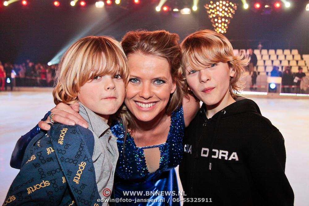 NLD/Hilversum/20110204 - 2e Liveshow Sterren Dansen op het IJs 2011, Babette van Veen en kinderen