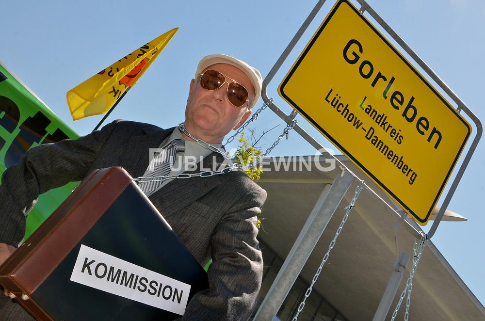 Am 22. Mai 2014 nahm die Endlagerkommission die Arbeit auf. Dagegen hat die B&uuml;rgerinitiative L&uuml;chow-Dannenberg in Berlin und in Gorleben protestiert. Die Kommission als Teil des Standortauswahlgesetzes suggeriere, dass die Endlagersuche neu gestartet werde. Statt wirklich einen Schlussstrich unter die Tricks, L&uuml;gen und Verdrehungen der letzen drei Jahrzehnte zu ziehen, bleibe Gorleben als Standort gesetzt, so die BI. Durch das Gesetz und das Beteiligungsverfahren - die Endlagersuchkommission - sollen Umweltverb&auml;nde eingebunden werden, um Gorleben im Nachhinein zu legitimieren. &quot;Welch Zeitverschwendung&quot;, so die BI, &quot;dass nun zwei Jahre lang offen und versteckt &uuml;ber einen Standort gestritten wird, statt eine umfassende Atomm&uuml;lldebatte einzuleiten!&quot; <br /> <br /> Ort: Berlin<br /> Copyright: Kina Becker<br /> Quelle: PubliXviewinG