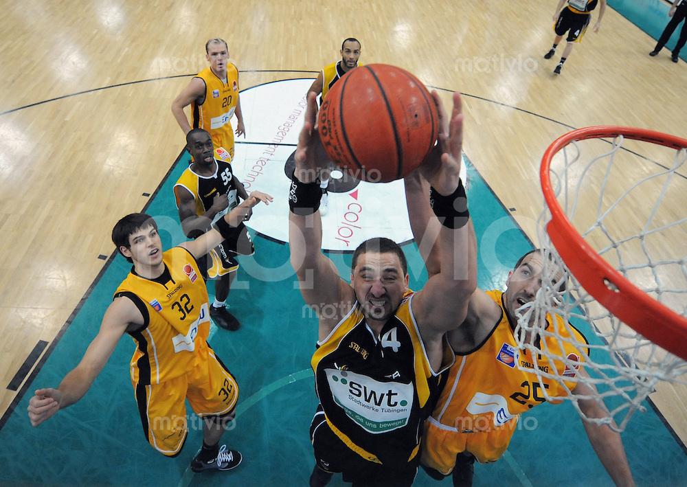 Basketball  1. Bundesliga  2008/2009  11.01.2008 Walter Tigers Tuebingen  - ENBW Ludwigsburg   Rasko Katic (Mitte, WT) gegen Christopher Schlatter (re, ENBW) und beobachtet von Dane Watts (li, ENBW)