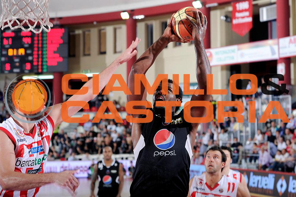 DESCRIZIONE : Teramo Lega A 2010-11 Banca Tercas Teramo Pepsi Caserta<br /> GIOCATORE : Eric Williams<br /> SQUADRA : Pepsi Caserta<br /> EVENTO : Campionato Lega A 2010-2011<br /> GARA : Banca Tercas Teramo Pepsi Caserta<br /> DATA : 12/05/2011<br /> CATEGORIA : tiro<br /> SPORT : Pallacanestro<br /> AUTORE : Agenzia Ciamillo-Castoria/C.De Massis<br /> Galleria : Lega Basket A 2010-2011<br /> Fotonotizia : Teramo Lega A 2010-11 Banca Tercas Teramo Pepsi Caserta<br /> Predefinita :