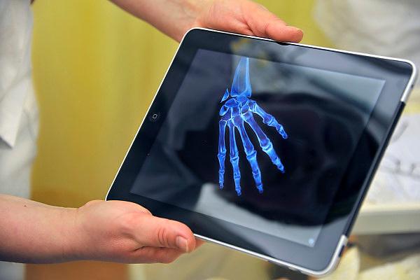 Nederland, Nijmegen, 14-2-2011..Een verpleegkundige geeft een patient informatie over zijn aandoening met behulp van een medische afbeelding die op de Ipad staat...Foto: Flip Franssen
