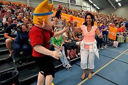 05-06-2011 VOLLEYBAL: EUROPEAN LEAGUE NETHERLANDS - GREECE: LEEK<br /> Dutch Mascotte with support<br /> ©2011-FotoHoogendoorn.nl