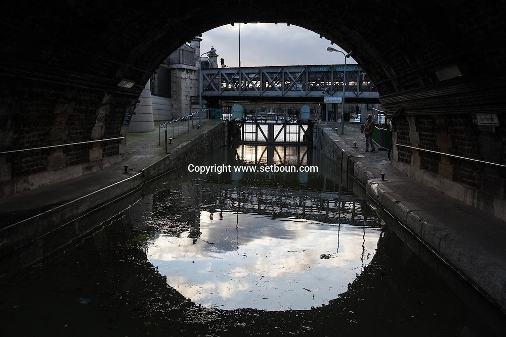 France. Paris 4th district . Bastille, lock gate in the Arsenal port, canal de la Bastille/  ecluse . canal de la bastille et port de l arsenal