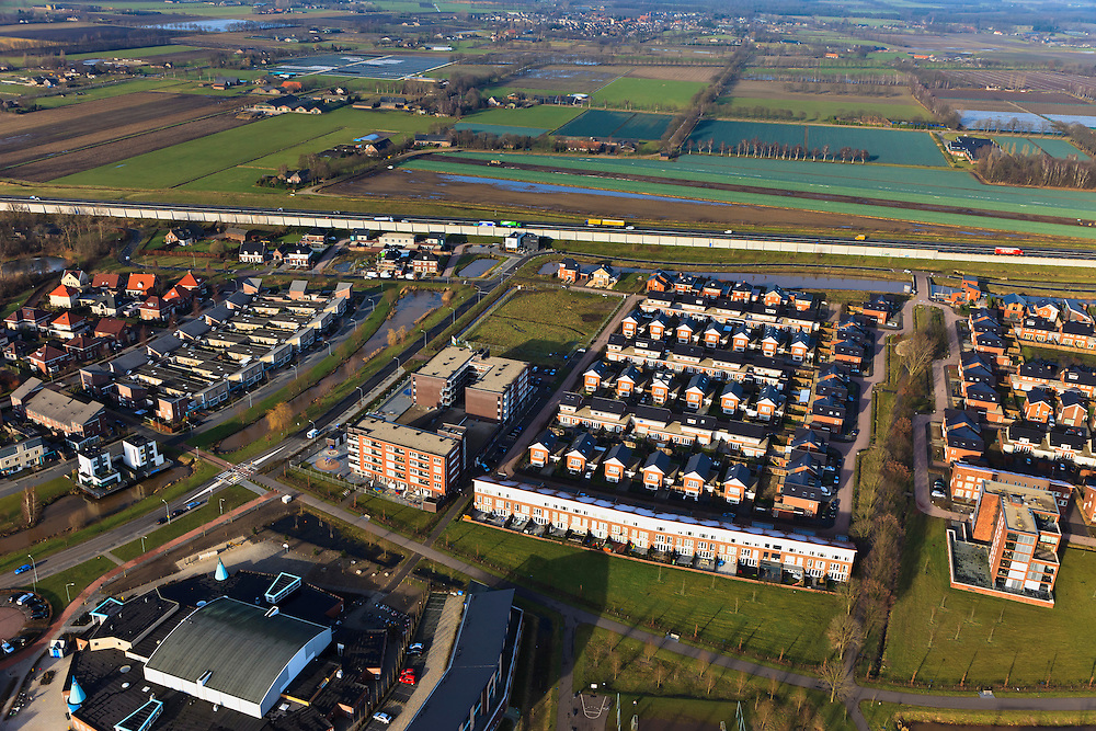 Nederland, Noord-Brabant, Veghel,  10-01-2011;.Nieuwbouwwijk in Veghel, rijksweg A50 bovenin beeld. New housing estate in the village of Veghel..luchtfoto (toeslag), aerial photo (additional fee required).foto/photo Siebe Swart