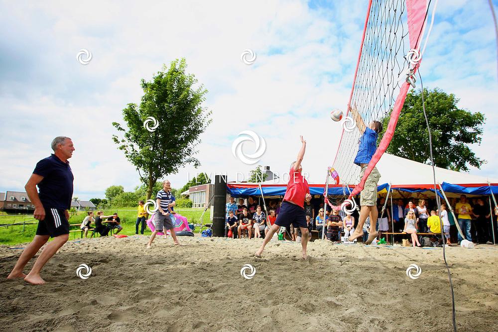 HEDEL - Jongerenvereniging Flux hield achter het dorpshuis Gelre's End een beachvolleybal toernooi voor jong en oud. FOTO LEVIN DEN BOER - PERSFOTO.NU