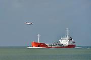 Nederland, Vlissingen, 14-9-2014Een tankschip, tanker, vaart op de Westerschelde en wordt gepasseerd door een vliegtuig van de Nederlandse kustwacht.FOTO: FLIP FRANSSEN/ HOLLANDSE HOOGTE