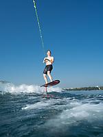 """Karin Buchet, à la tête de """"wake up"""", école de wake-board à Genève, pratique le """"foil"""" dans le petit Lac à Genève. Genève, 30 juin 2018."""