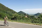 Italien, Euganeische Hügel bei Padua, Radler auf Landstraße..|..Italy, Colli Euganei, cyclist on road