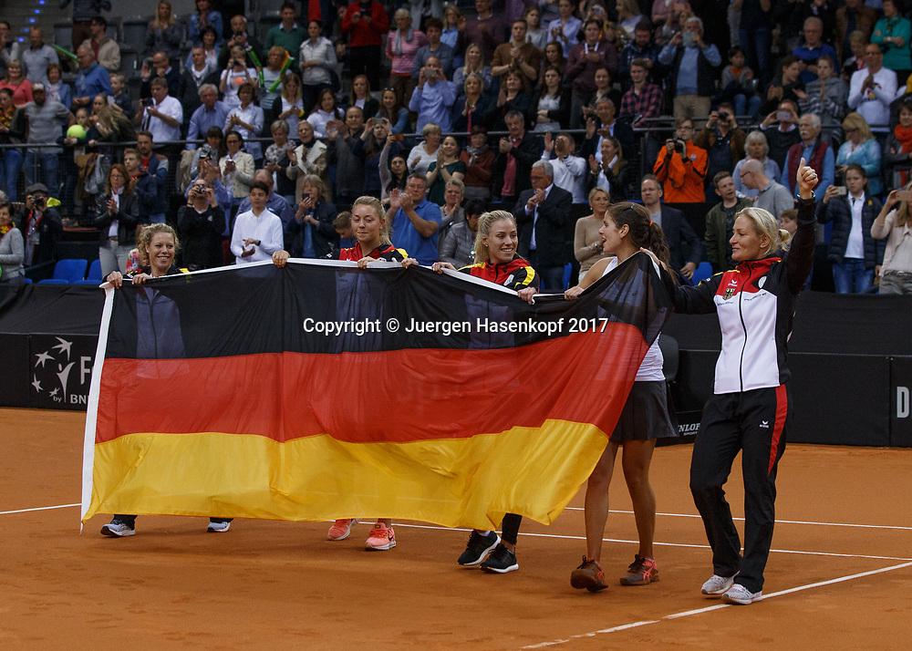 GER-UKR, Deutschland - Ukraine, <br /> Porsche Arena, Stuttgart, internationales ITF  Damen Tennis Turnier, Mannschafts Wettbewerb,<br /> die deutsche Mannschaft von L-R. LAURA SIEGEMUND, CARINA WITTHOEFT,ANGELIQUE KERBER,JULIA GOERGES und Team Chefin Barbara Rittner stehen auf dem Platz feiern den Sieg