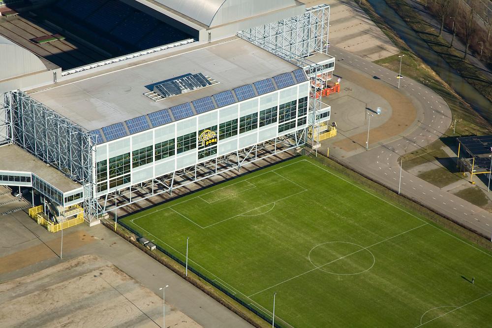Nederland, Gelderland, Arnhem, 11-02-2008; Gelredome, overdekt voetbalstadion in de wijk Elden met Vitesse als thuisclub; het stadion wordt ook gebruikt voor concerten en evenementen; het multifunctionele superstadion heeft een verschuifbaar dak (afhankelijk van het weer is het dak geopend of gesloten) en een verplaatsbare grasbak met verschuifbaar veld; het voetbaldveld krijgt op deze wijze voldoende zonlicht, de betonnen vloer binnen kan gebruikt worden voor manifestaties e.d. zonder dat het gras beschadigd; het veld wordt geinspecteerd door een terreinknecht; stadion, voetbalclub, voetbal, manifestatie, evenement, concert, Gelredrome, gelre dome, grasmat, stadiontheater, ..luchtfoto (toeslag); aerial photo (additional fee required); .foto Siebe Swart / photo Siebe Swart