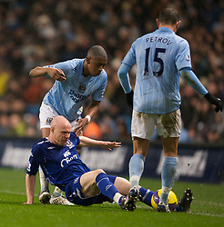 MANCHESTER, ENGLAND - Monday, February 25, 2008: Everton's Andrew Johnson and Manchester City's Fernandes Gelson and Martin Petrov during the Premiership match at the City of Manchester Stadium. (Photo by David Rawcliffe/Propaganda)