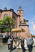 Fronleichnam Prozession, Wallfahrtsbasilika St. Georg, Walldürn, Odenwald, Baden-Württemberg, Deutschland | Corpus Christi procession, pilgrimage Basilica of St. George, Walldürn, Odenwald, Baden-Württemberg, Germany