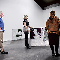 Nederland, Amsterdam , 9 januari 2014.<br /> Kunstenaar Rene Jolink en Manuela Klerkx van klerx International Art Management tijdens het inrichten van de solo expositie getiteld, Verzonken Beelden,<br /> bij galerie Vous etes Ici in Amsterdam Noord.<br /> Op de rug galeriehoudster Francis Boeske van Vous etes ici.<br /> <br /> VOUS ETES ICI en Klerkx International Art Management verheugen zich in het feit dat René Jolink, na een periode van afwezigheid, terug is met een indrukwekkende serie nieuwe schilderijen die van 12 januari tot en met 8 februari 2014 zullen worden getoond bij VOUS ETES ICI, in Amsterdam. Op verbluffende wijze laat Jolink zien hoe natuur en beeld, schilderkunst en emotie in elkaar kunnen overlopen.<br /> VOUS ETES ICI en Klerkx International Art Management verheugen zich in het feit dat René Jolink, na een periode van afwezigheid, terug is met een indrukwekkende serie nieuwe schilderijen die van 12 januari tot en met 8 februari 2014 zullen worden getoond bij VOUS ETES ICI, in Amsterdam. Op verbluffende wijze laat Jolink zien hoe natuur en beeld, schilderkunst en emotie in elkaar kunnen overlopen.<br /> Foto:Jean-Pierre Jans