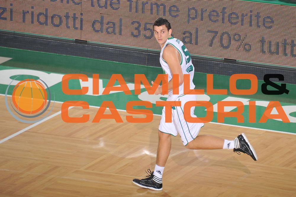 DESCRIZIONE : Treviso Lega A 2011-12 Benetton Treviso Acea Roma<br /> GIOCATORE : alessandro gentile<br /> CATEGORIA :  esultanza<br /> SQUADRA : Benetton Treviso Acea Roma<br /> EVENTO : Campionato Lega A 2011-2012<br /> GARA : Benetton Treviso Acea Roma<br /> DATA : 10/12/2011<br /> SPORT : Pallacanestro<br /> AUTORE : Agenzia Ciamillo-Castoria/M.Gregolin<br /> Galleria : Lega Basket A 2011-2012<br /> Fotonotizia :  Treviso Lega A 2011-12 Benetton Treviso Acea Roma<br /> Predefinita :