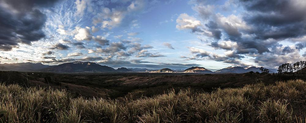 NOUVELLE CALEDONIE, Aout 2013 - Panorama de la chaine centrale dans la région de Bourail