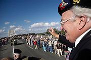 Nijmegen, 19-9-2004Veteranen op de Waalbrug worden enthousiast begroet en bedankt door het publiek