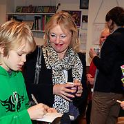NLD/Amstrdam/20130123 - Nationale Voorleesdag op de basisschool Corantijn te Amsterdam, Minister van Onderwijs Jet Bussemaker in gesprek met leering