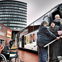 Nederland,Amstelveen ,8 januari 2008...Een senior wordt met Museum Plus bus afgezet bij het Cobramuseum in Amstelveen.