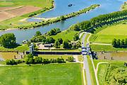 Nederland, Gelderland, Gemeente Maasdriel, 13-05-2019; Heerewaarden, Kanaal van Sint Andries met sluis, verbinding tussen Waal en Maas elkaar bijna raken. Op de landengte ligt ook Fort Sint-Andries. In  het kader van het Maasoeverpark, zal er een ontwikkeling plaatsvinden van een landschapspark. Daarin ruimte voor de natuur, de landbouw en  'ruimte voor de rivier'  (bescherming tegen hoogwater door waterstandverlaging).<br /> Heerewaarden, where the river Maas (Meuse, right) and Waal almost touch, divided bij a isthmus. In to the canal the lock of St. Andries and an old fortress. <br /> Part of Maasoeverpark, development of a landscape park in which space for nature is combined with 'space for the river', protection against high water by lowering the water level.<br /> aerial photo (additional fee required);<br /> luchtfoto (toeslag op standard tarieven);<br /> copyright foto/photo Siebe Swart