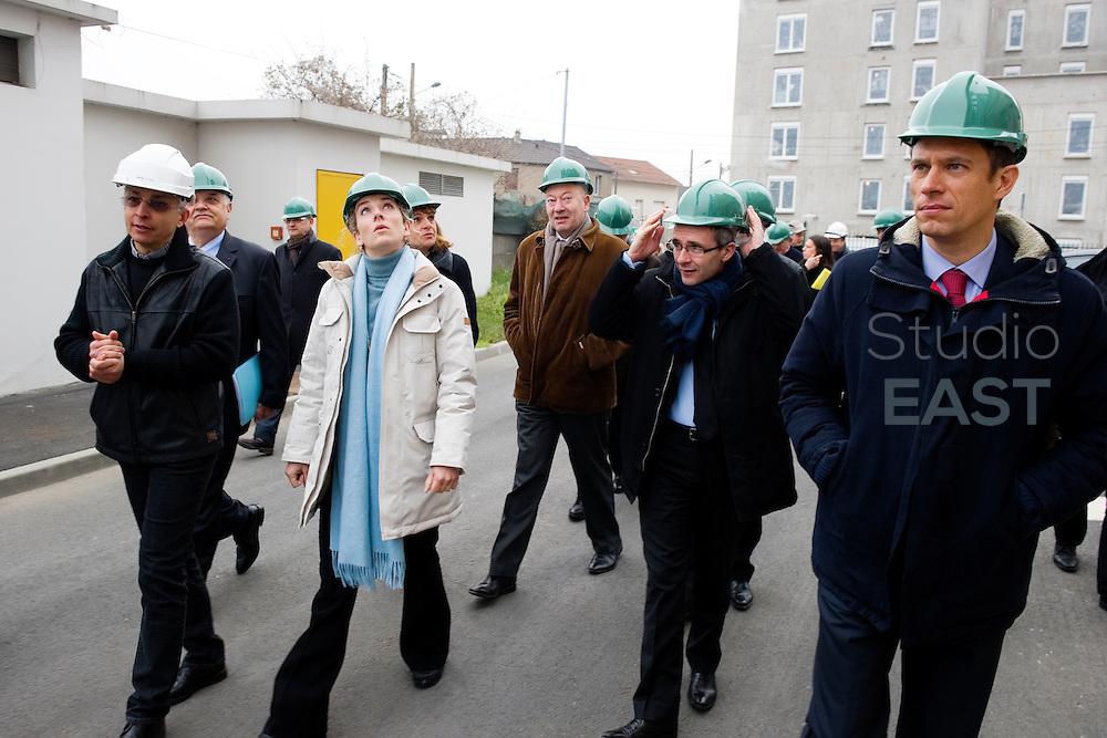 Mme Delphine Batho (parka blanche), ministre de l'environnement et de l'énergie, visite la chaufferie biomasse de Stains en Seine-Saint-Denis, près de Paris, France, le 30 mars 2013. Photo : Lucas Schifres